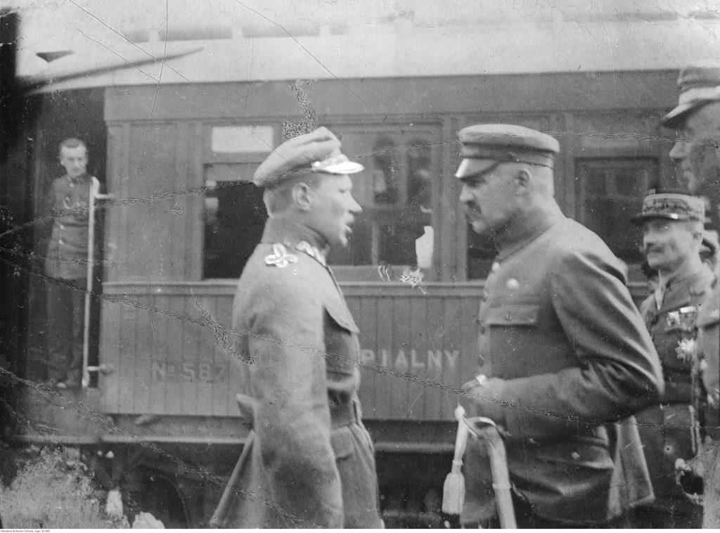 Naczelnik Państwa Józef Piłsudski przed wagonem kolejowym w towarzystwie gen. Edwarda Śmigłego-Rydza (stoi bokiem) i nierozpoznanego francuskiego oficera.