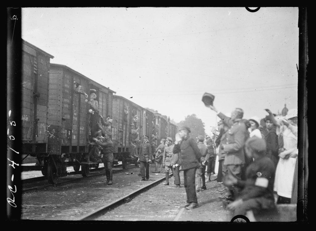łonierze machają do wagonów towarowych