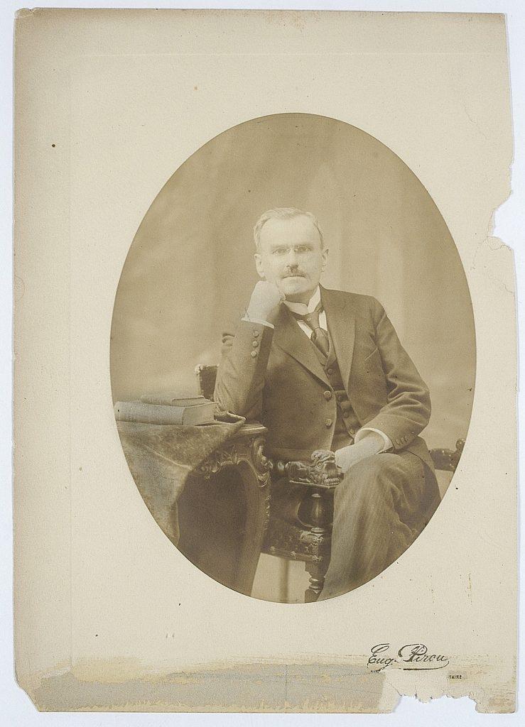 fotografia portetowa grabskiego jak siedzi na krześle