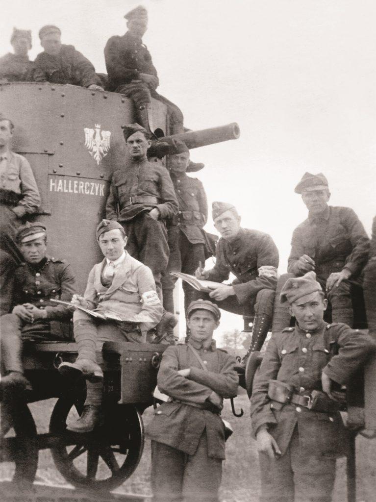 pociąg z lufą i nazwą, wokół pozujący żołnierze