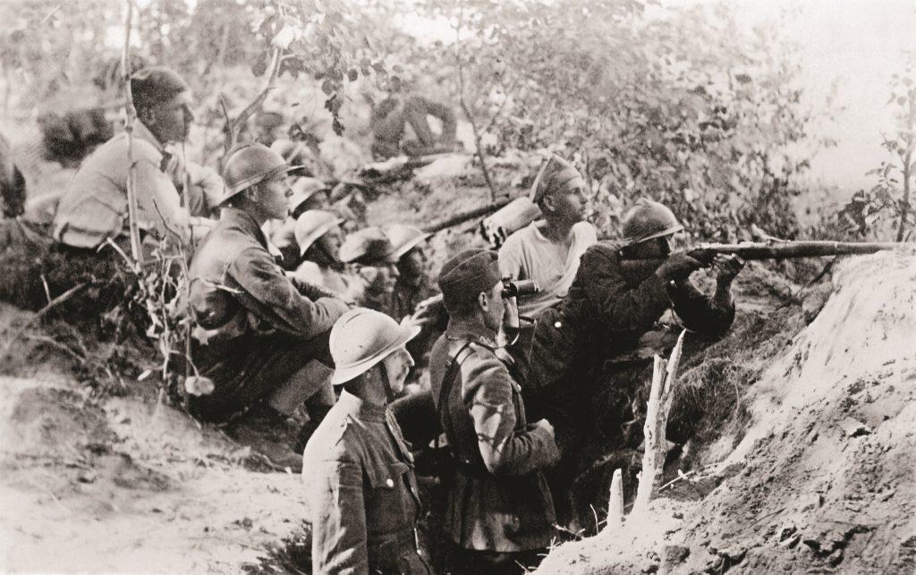 żołnierze w okopie z pistoletem