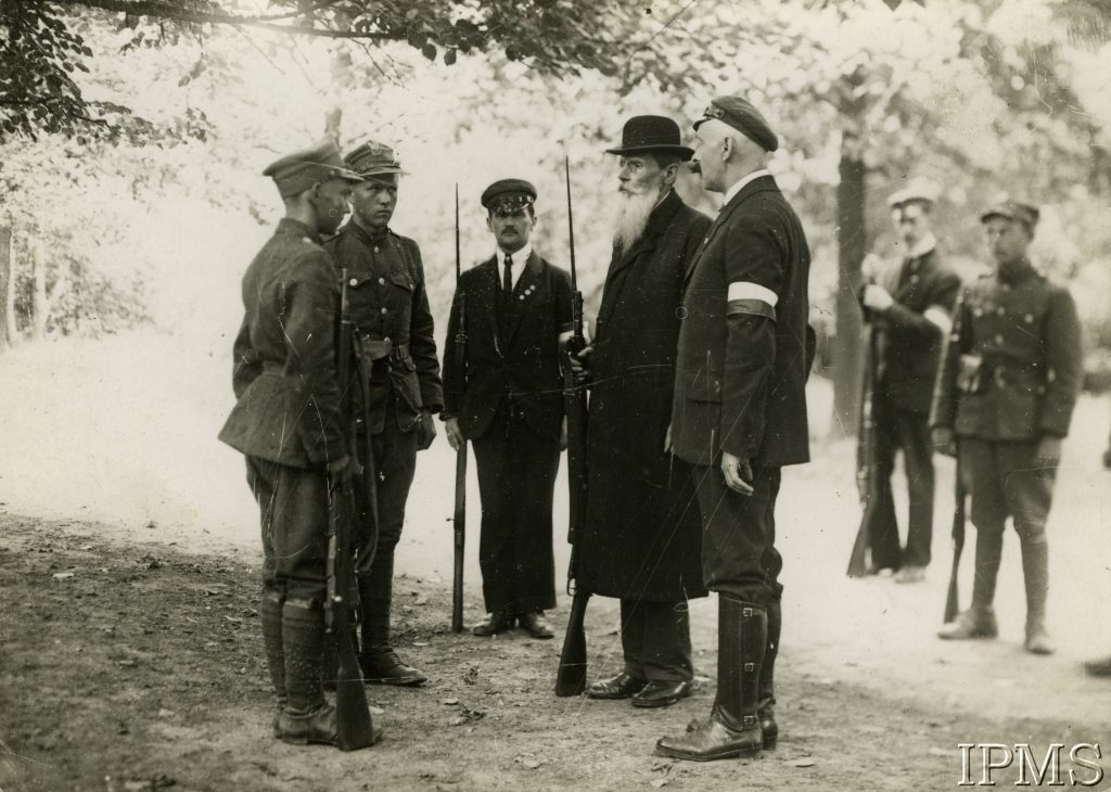 5 mężczyzn, w tym 2 wojskowych podczas ćwiczeń