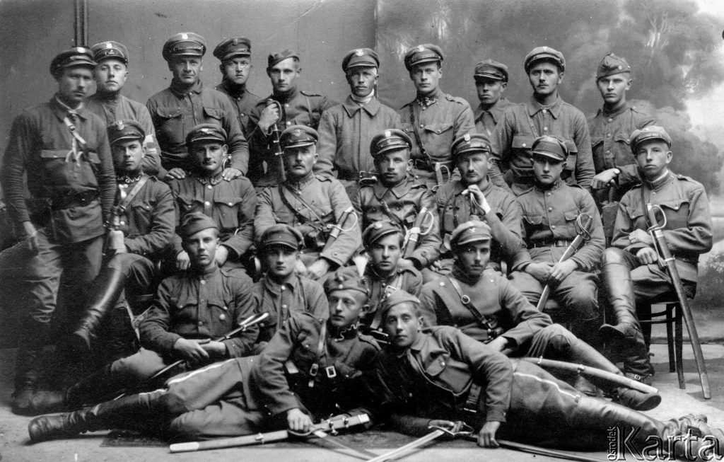 pozowana fotografia grupy żołnierzy