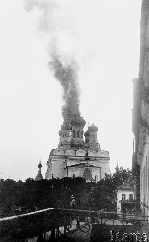 tumany dymu nad cerkwią