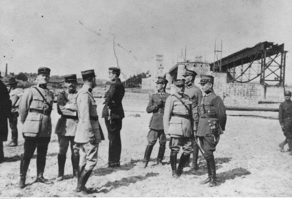 grupa mężczyzn w mundorach wojskowych na plaży nad rzeką