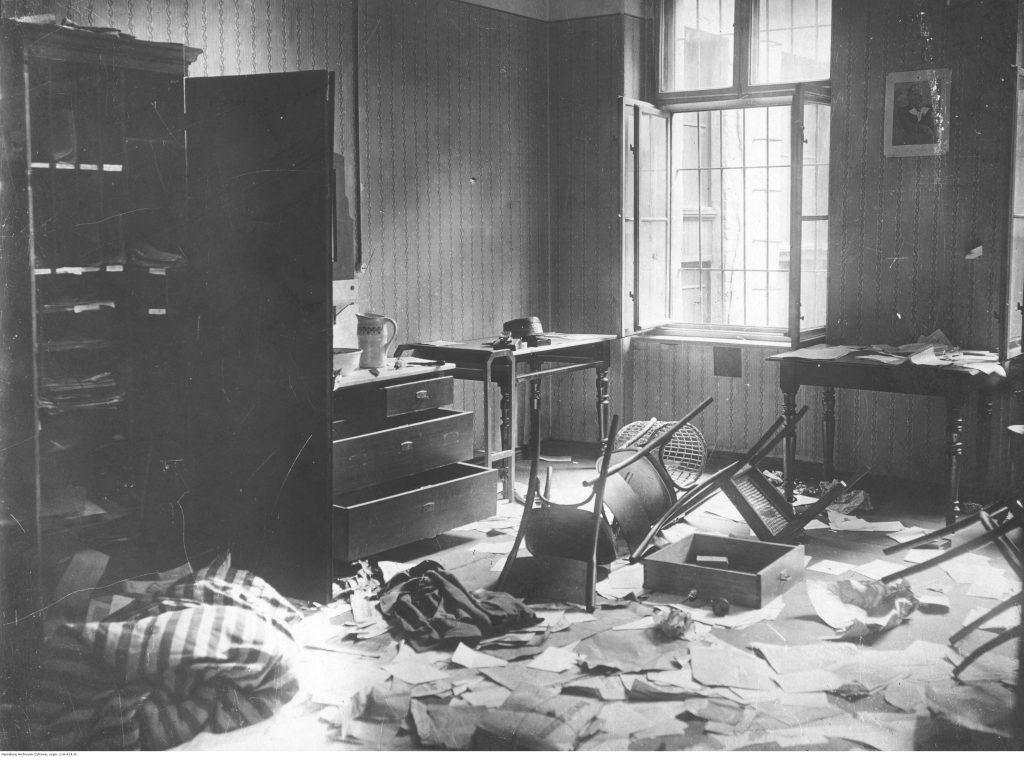biuro w nieładzie - przewrócone krzesła, rozrzucone papiery