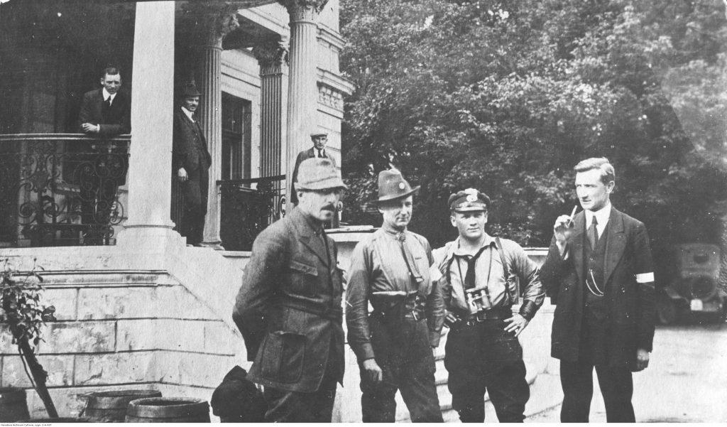 Grupa oficerów 1 dywizji 1 dywizji przed pałacem w Slawentzitz (późn. nazwa: Sławięcice). Na pierwszym planie stoją: kapitan Leon Bulowski, kapitan Robert Oszek (2. z prawej), kapitan Jan Chodźko, porucznik Jan Kowalewski.