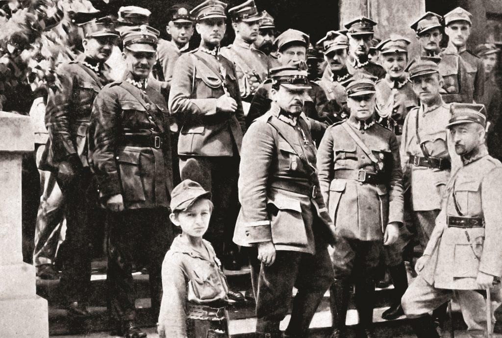 Żołnierze w mundurach stojący na stopniach