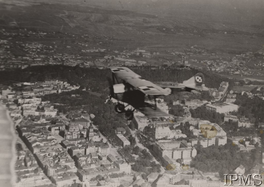 samolot wojskowy lecący nad Lwowem