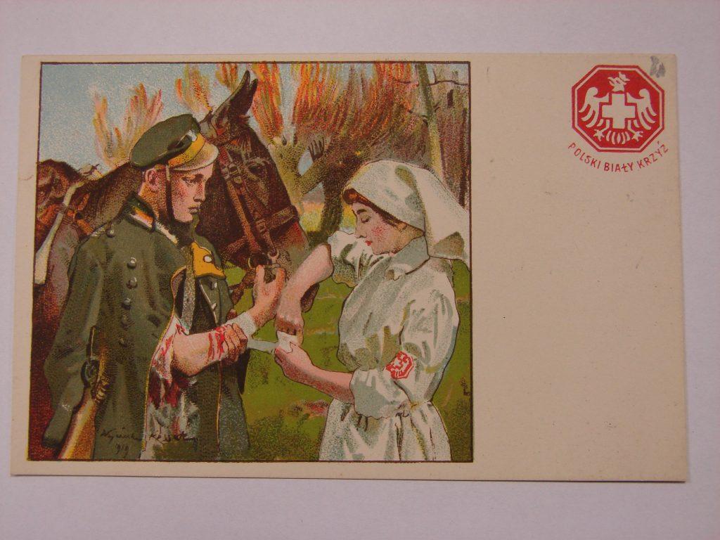kartka pocztowa, na obrazku zanitariuszka opatruje zranioną rękę żołnierza, w tle koń. Po prawej logo PBK
