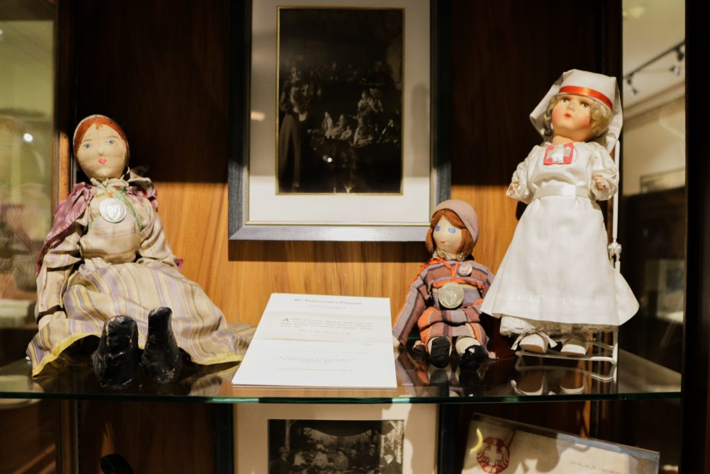 3 lalki na muzealnej półce
