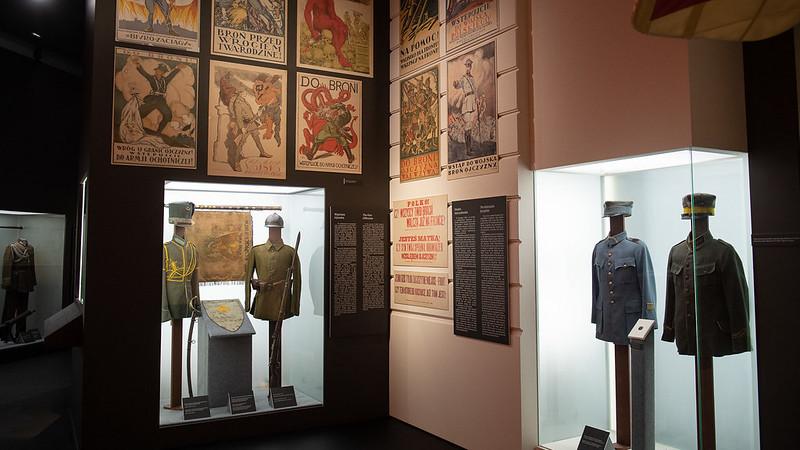fragment ekspozycji z mundurami i plakatami
