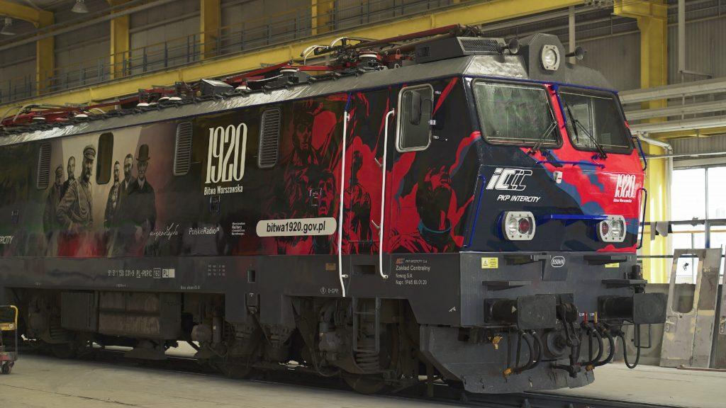 lokomotywa w hangarze w okolicznościowej okleinie