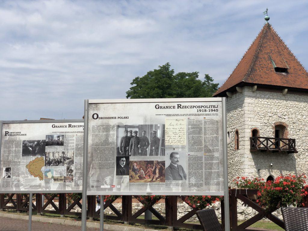 plansze wystawione na dziedzińcu zamku