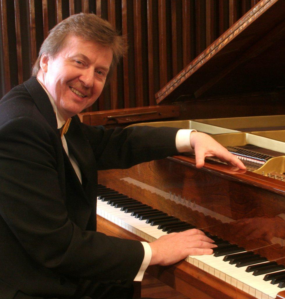 mężczyzna przy fortepianie