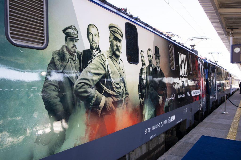lokomotywa w okolicznościowej okleinie