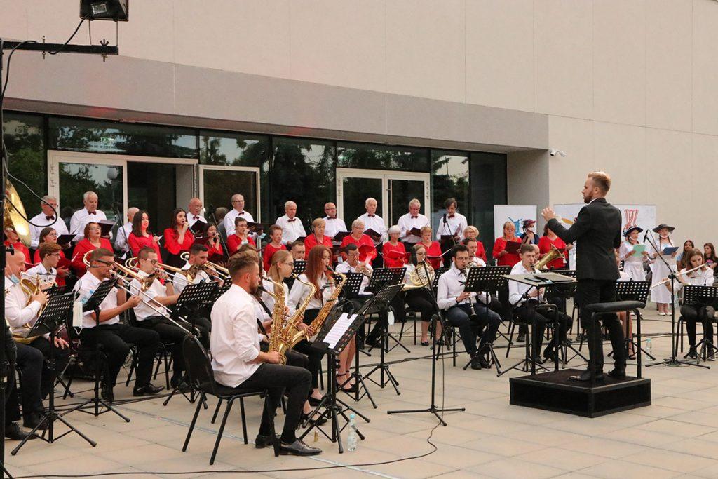 orkiestra na scenie, na pierwszym planie dyrygent