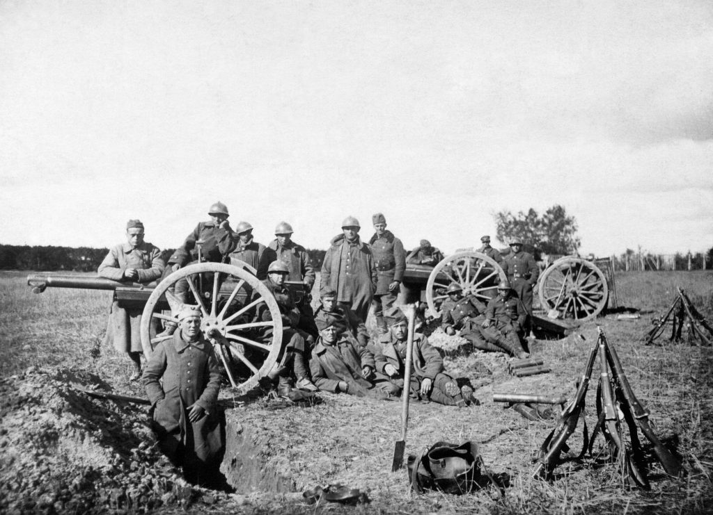 żołnierze przy sprzęcie wojkowym na polu