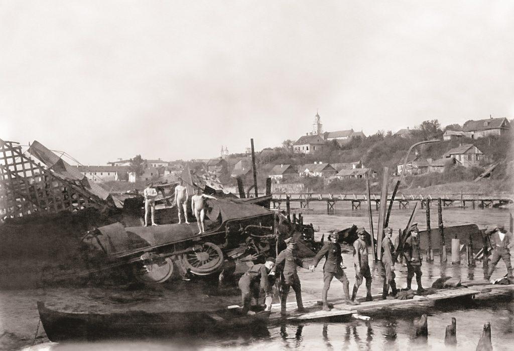 tymczasowy most na rzece z żołnierzami przechadzającymi się po nim