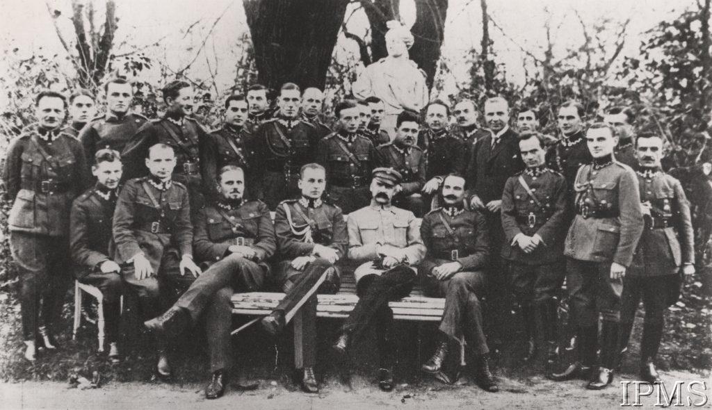 grupa mężczyzn w eleganckich mundurach pozująca do fotografii