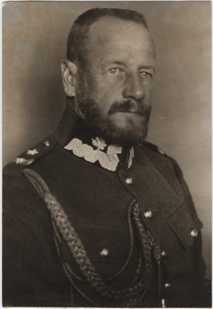 fotografia portretowa mężczyzny w mundurze