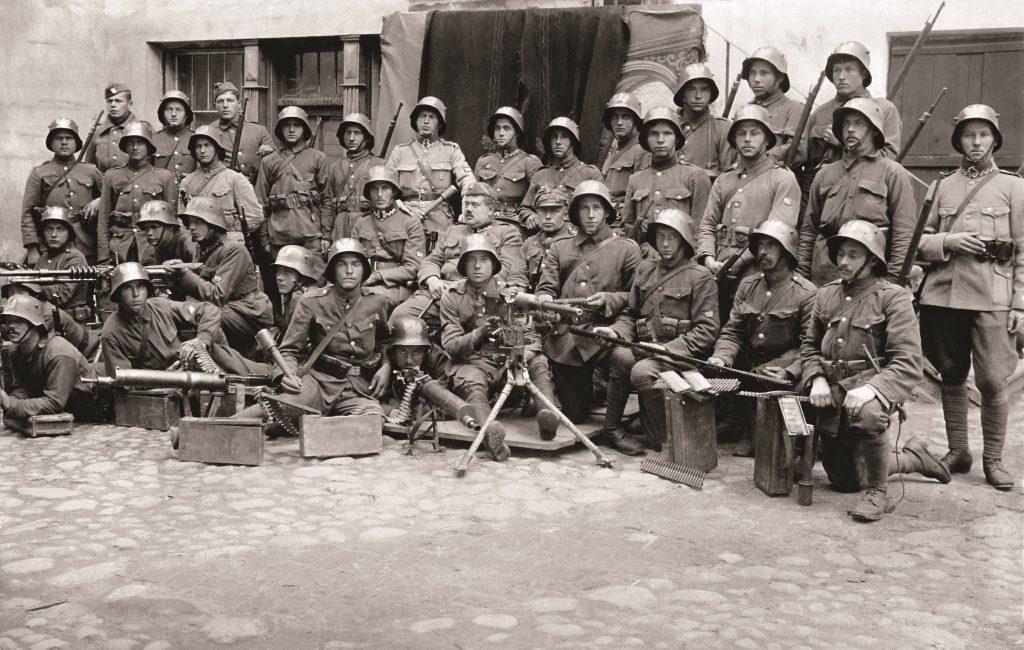pułk z karabinami pozujący do zdjęcia