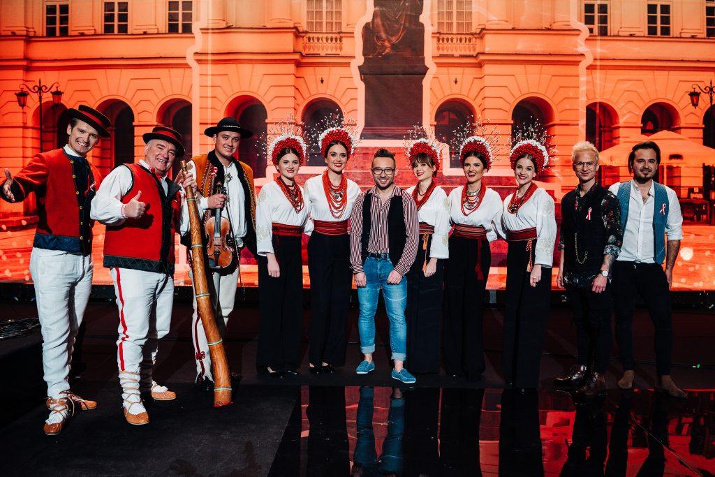 muzycy na scenie pozujący do zdjęcia