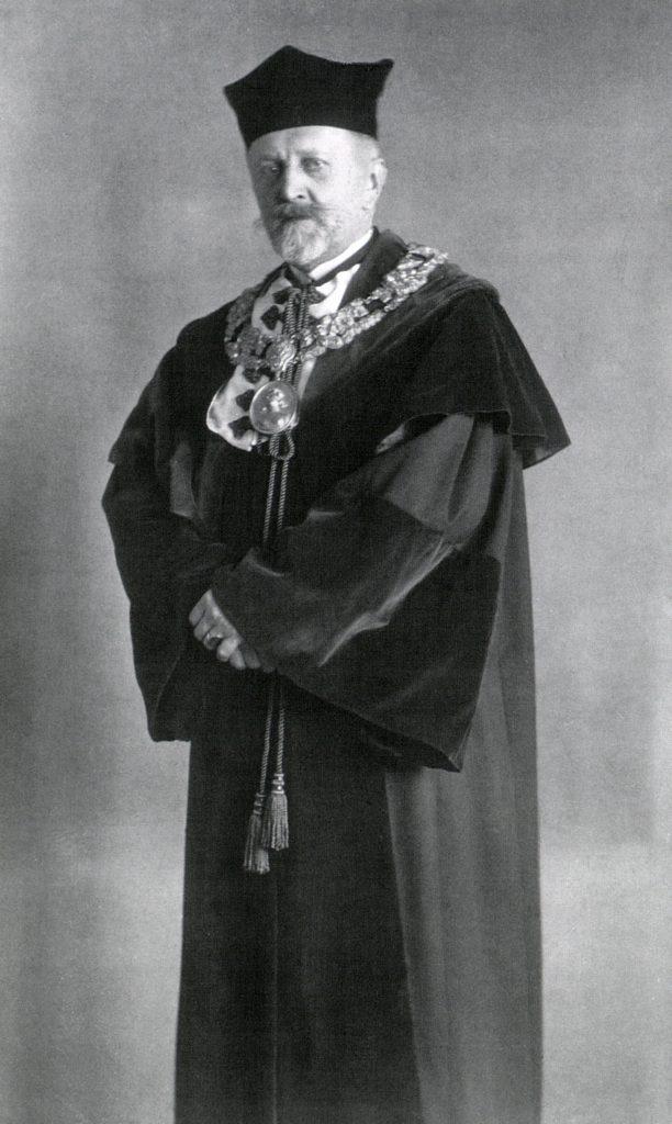 zdjęcie portretowe stojącego mężczyzny
