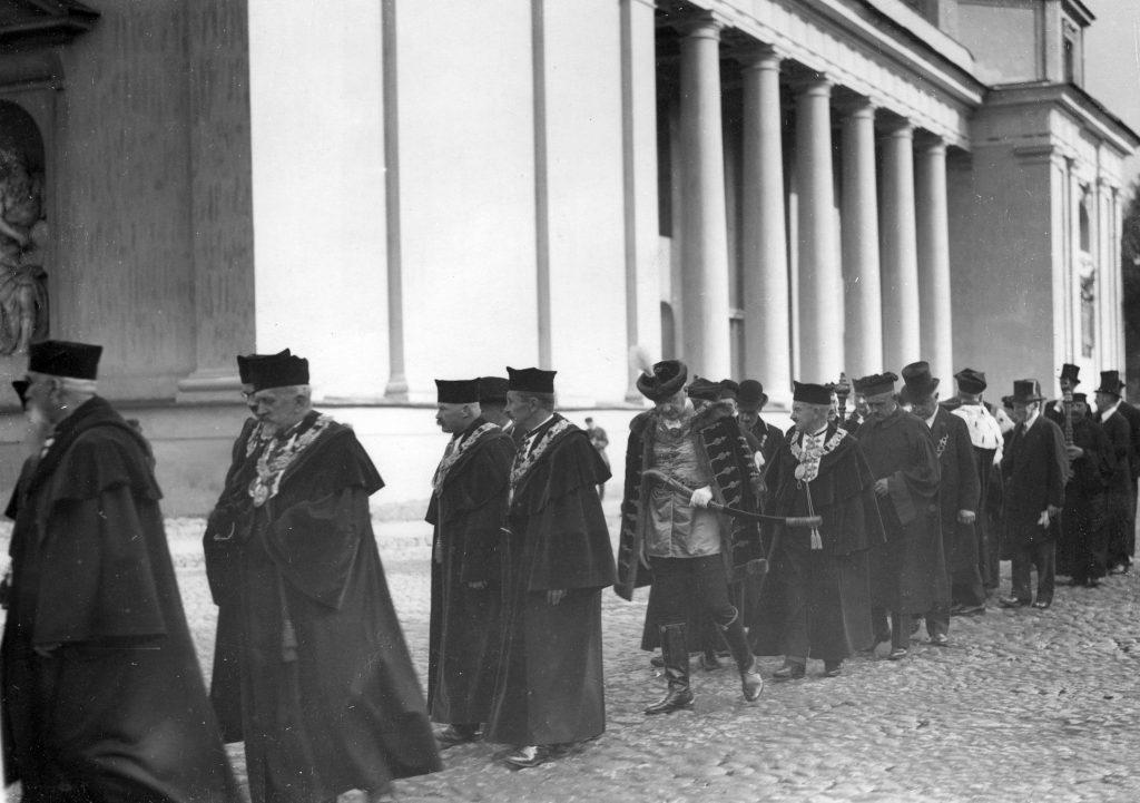 kolumna naukowców w togach akademickich przy kolumnadzie wileńskiej katedry