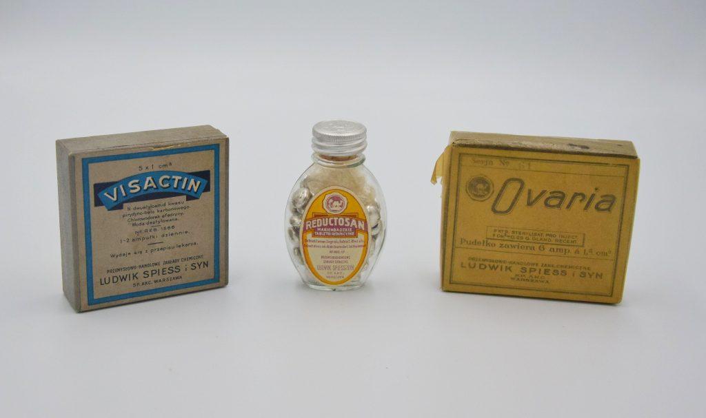 dwa pudełeczka z lekami, a pomiędzy nimi fiolka