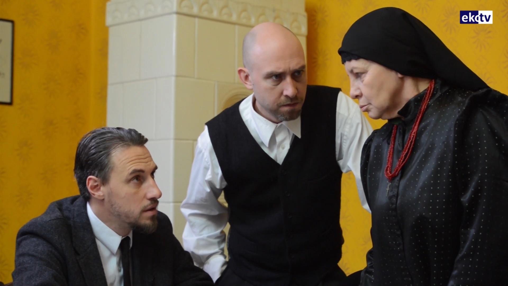 trzech aktorów, dwóch mężczyzn i kobieta podczas rozmowy, ubrani w międzywojenne stroje