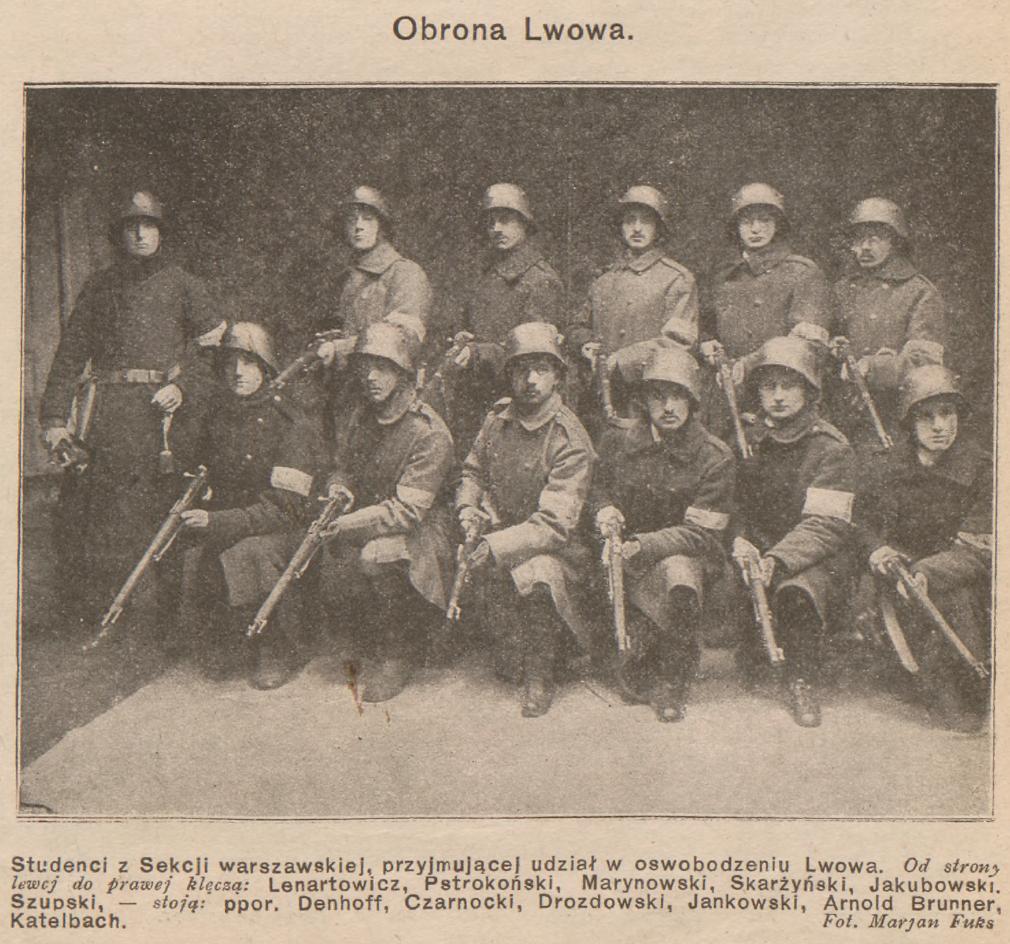 czarno-białe zdjęcie grupowe, pozowane, młodych żołnierzy z bronią