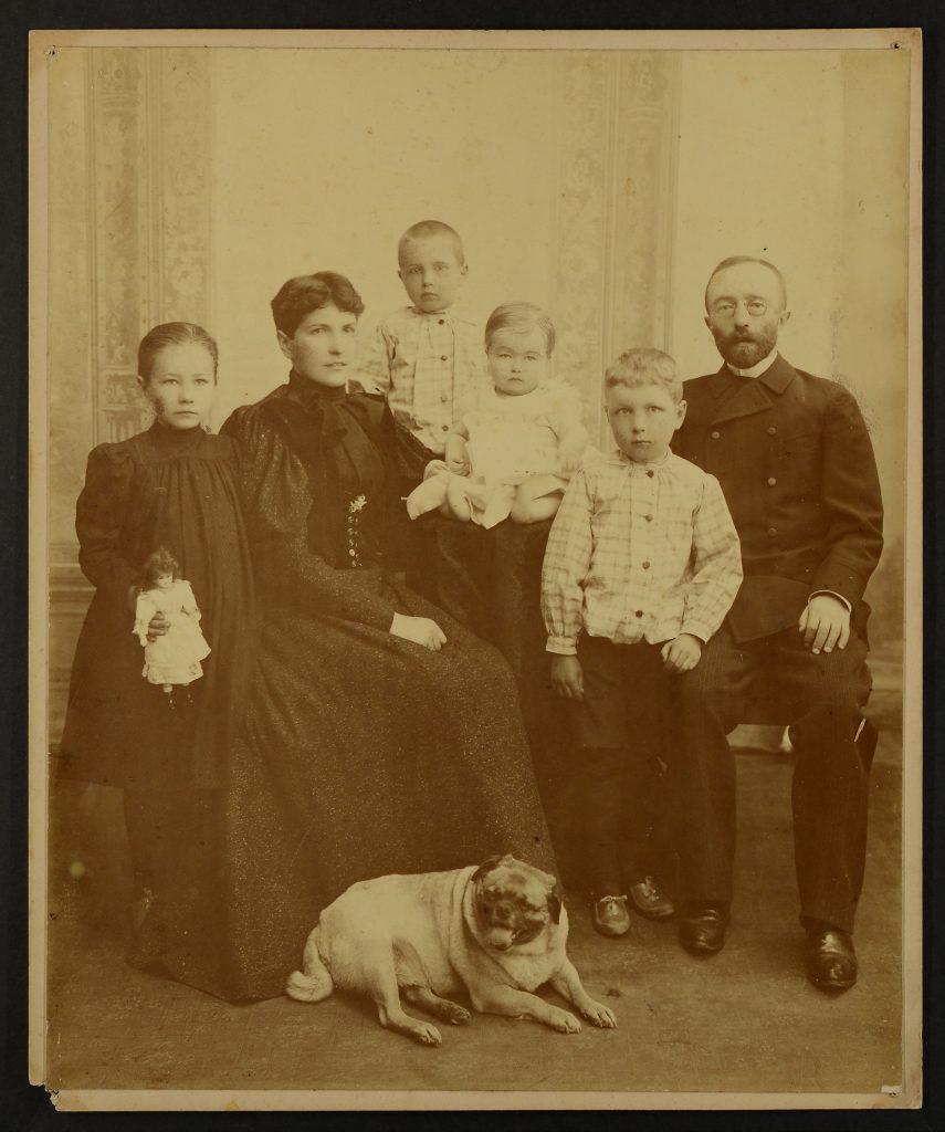 pozowane zdjęcie rodzinne - 6 osób i pies