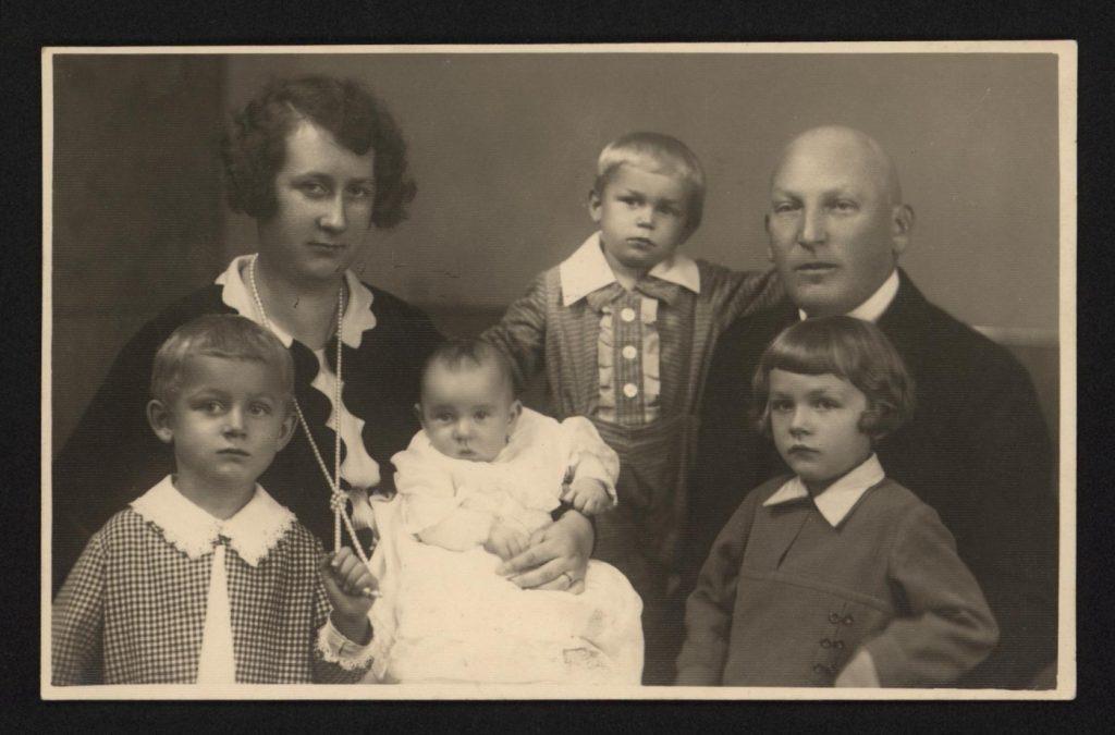 fotografia rodzinna - 2 rodziców i 4 dzieci