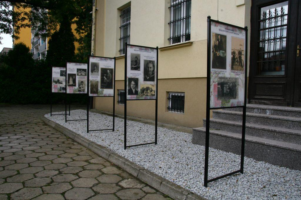 plansze wystawy przed budynkiem