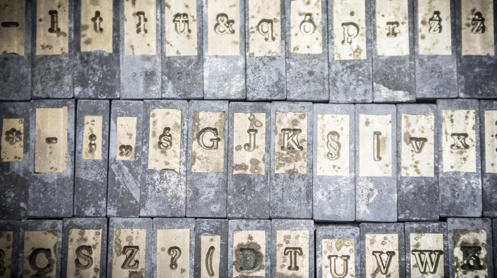 matryce z literkami wyrytymi w odbiciu lustrzanym