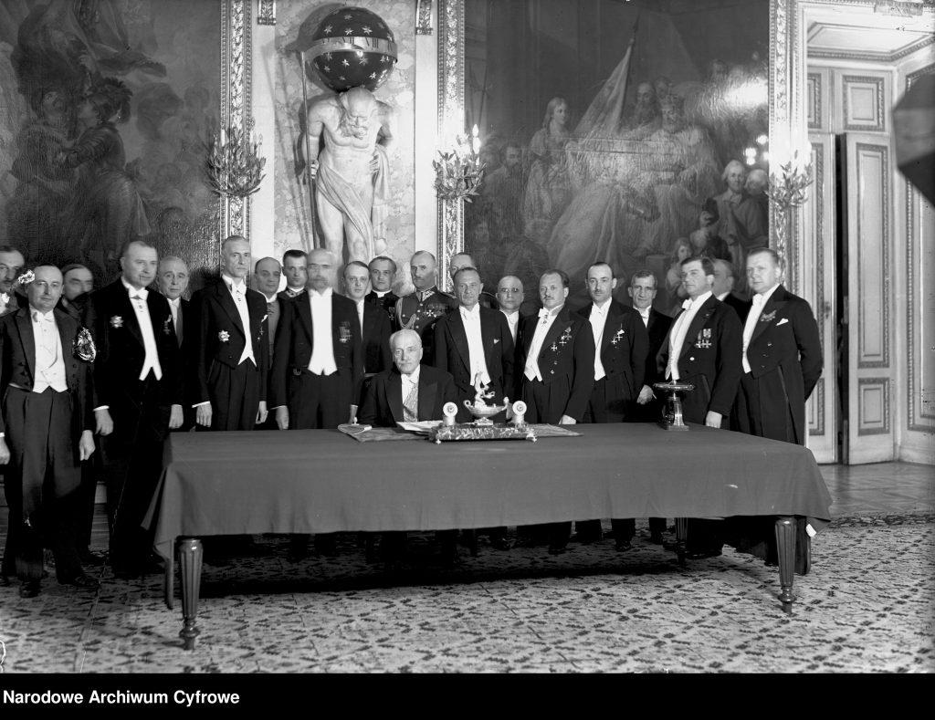 uroczyście ubrani mężczyźni stojący za stołem