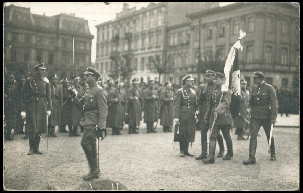 żołnierze ze sztandarem podczas oficjalnej uroczystości na placu