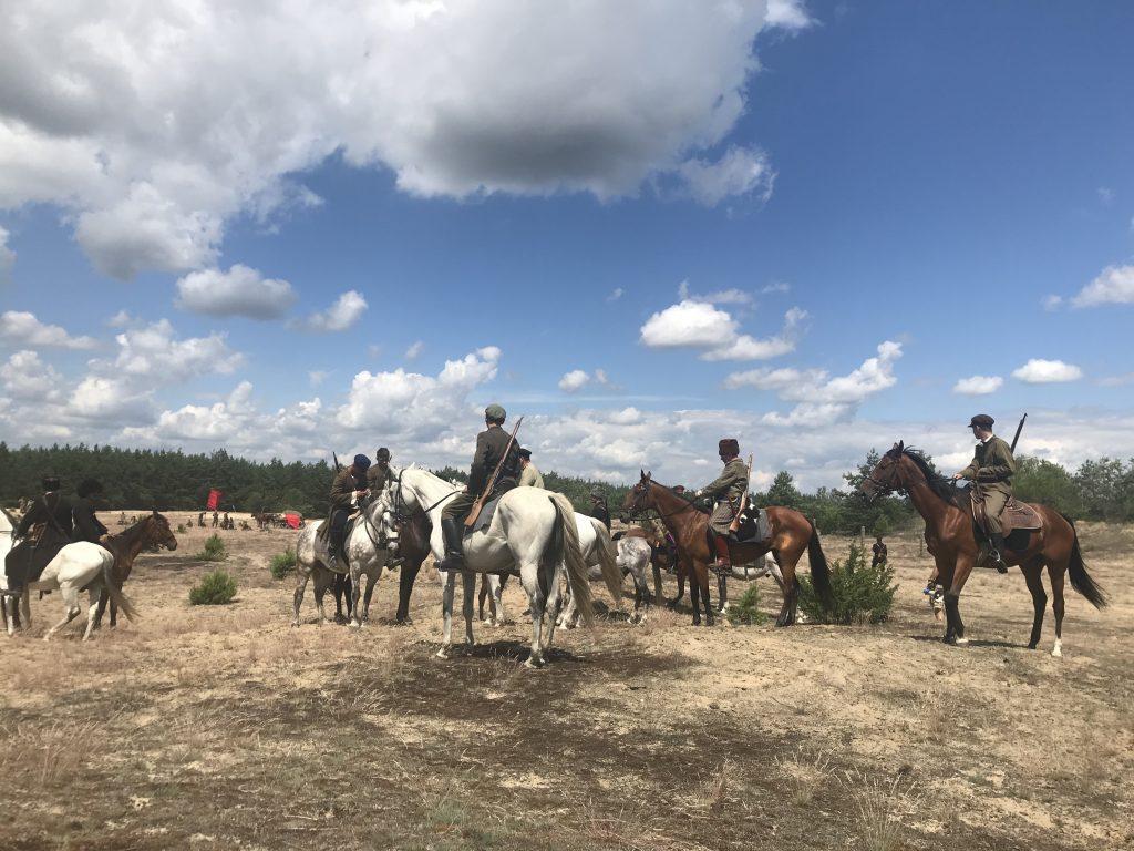 żołnierze na koniach w plenerze