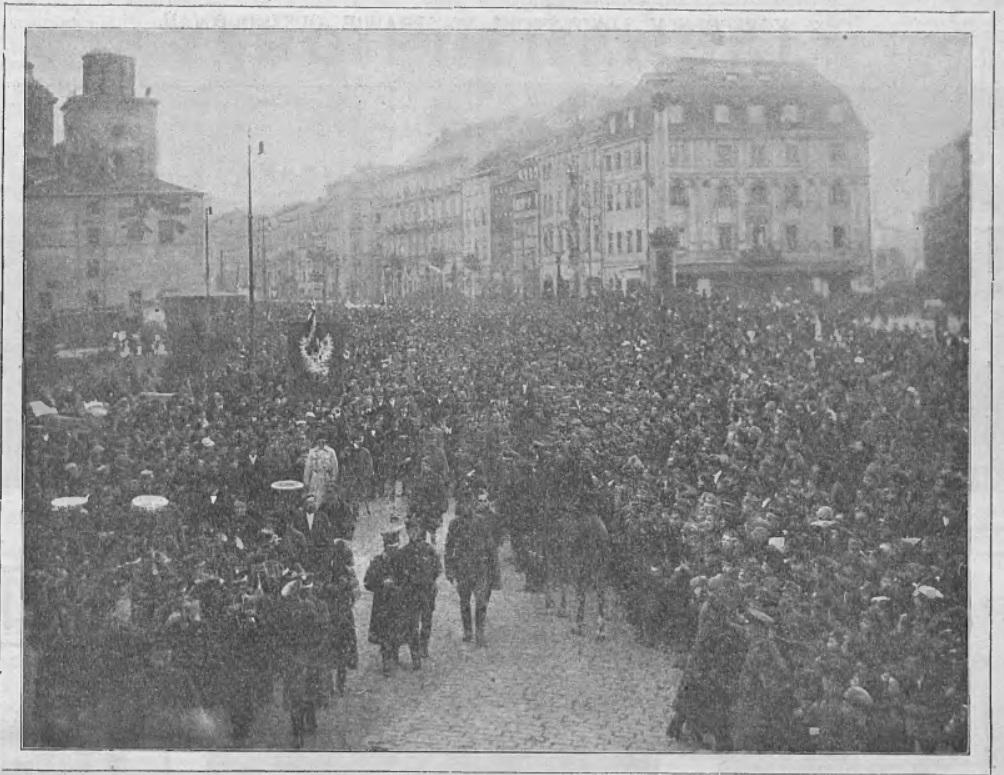tłum ludzi zgromadzony na placu zamkowym w Warszawie