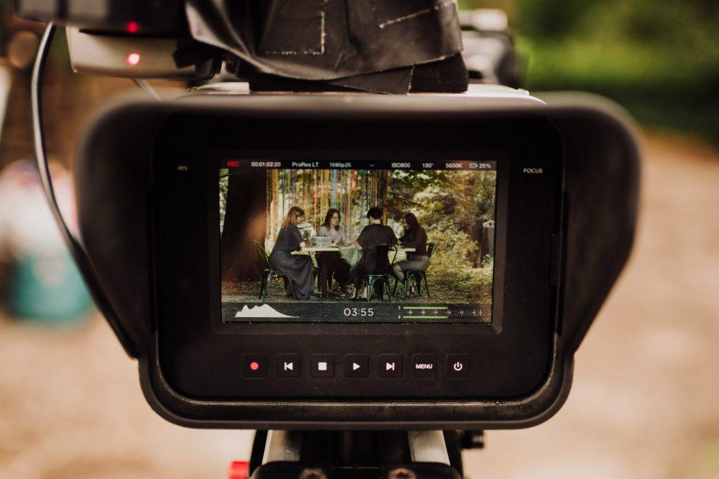 w okienku kamery kadr z nagrania z animatorkami przy stole