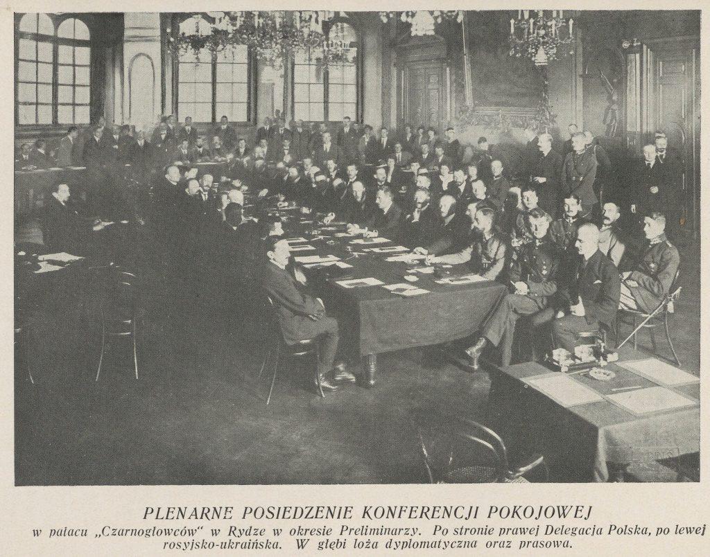 mężczyźni przy stole w ozdobnej sali