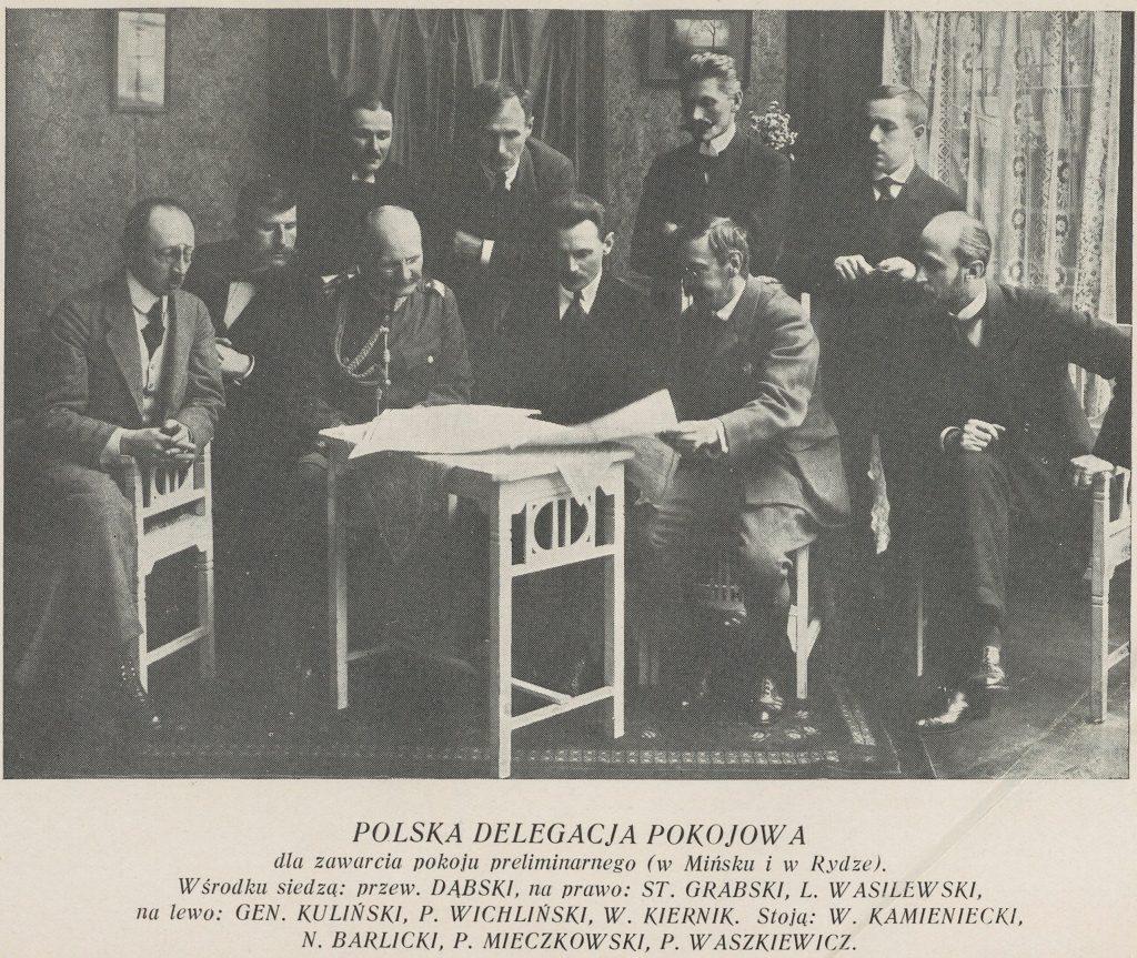 mężczyźni przy stolikach