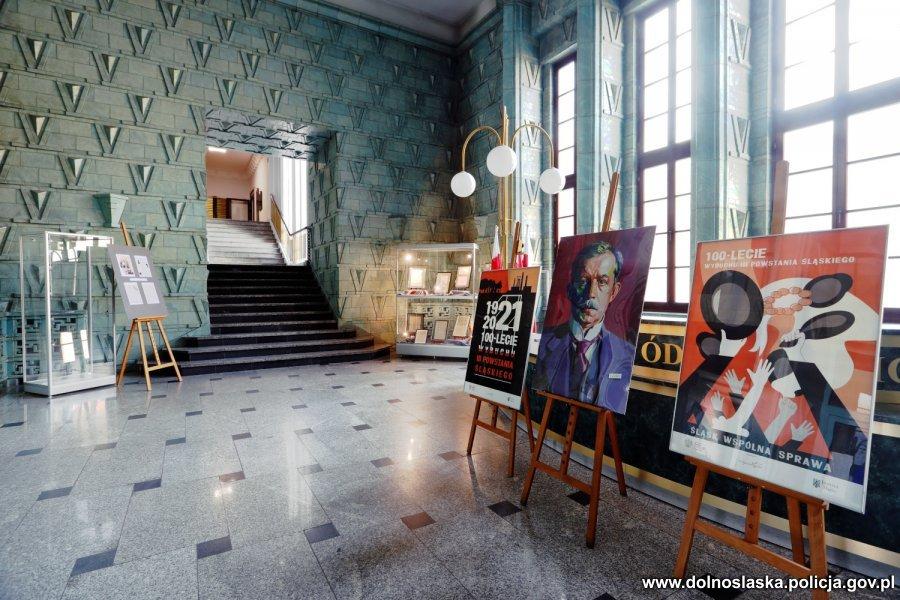 róg pomieszczenia z plakatami i szklanymi witrynami z pamiątkami