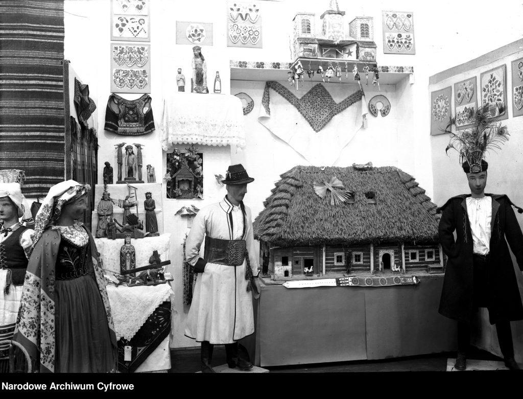 fragment ekspozycji z rekonstrukcją chaty, manekinem ze strojem regionalnym i różnymi lokalnymi ozdobami