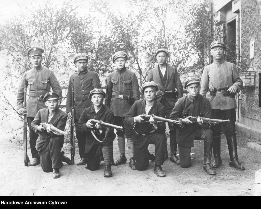 grupa młodych mężczyzn z pistoletami pozująca do zdjęcia