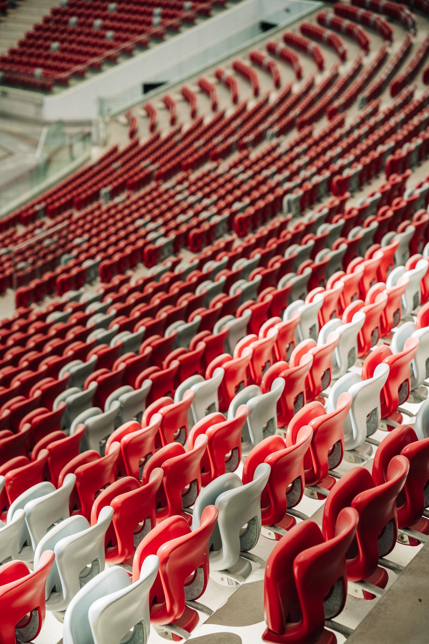 białe i czerwone krzesełka trybun PGE Narodowego