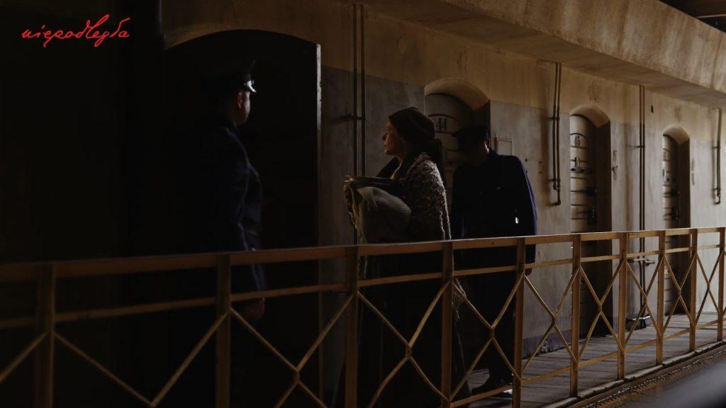kobieta wprowadzana do celi przez dwóch żandarmów