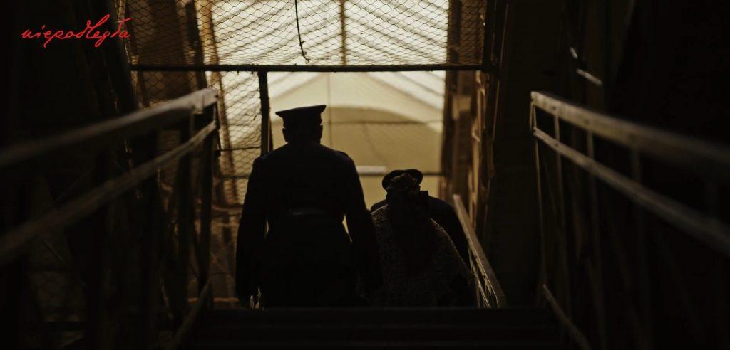 kobieta prowadzna do celi przez dwóch żandarmów