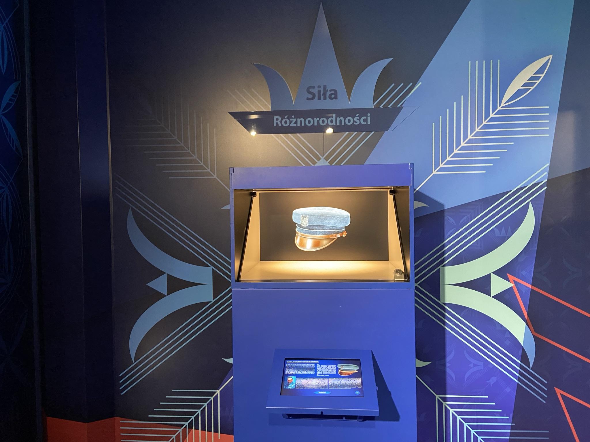 zdjęcie ukazujące ekran multimedialny i fragment dekoracji graficznej wnętrza tira